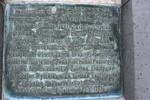 Muistomerkin teksti.